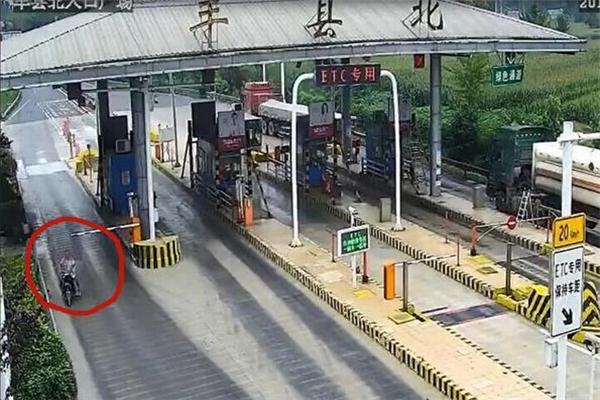 江苏一老人醉驾电动车闯入高速 在超车道逆行飚车