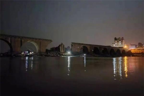 江西永丰一古桥桥面发生坍塌事故 目前已造成1人死亡2人受伤