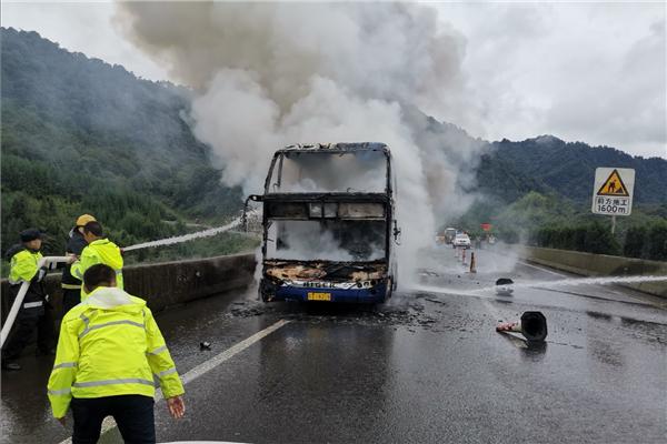 四川雅西高速大客车发生自燃 车上乘客全数撤离安然无恙