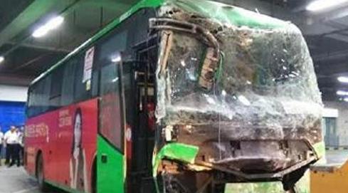 深圳公交失控撞穿墙,又一个拿油门当刹车踩的