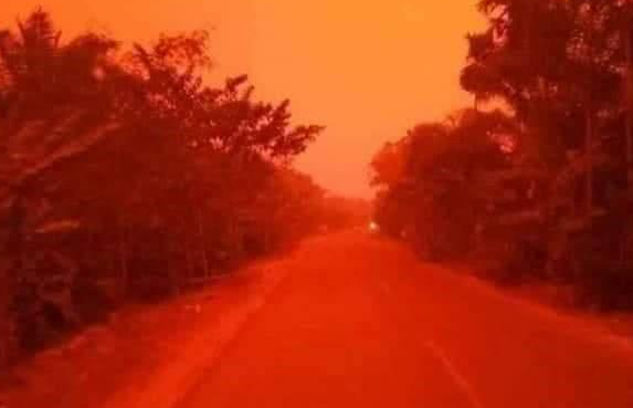 """印尼天空变血红色,当地居民惊呼""""魔鬼末日""""来了!"""