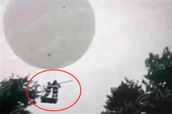 吉林两村民坐氢气球打松籽不慎飘走 落地后被警方带走