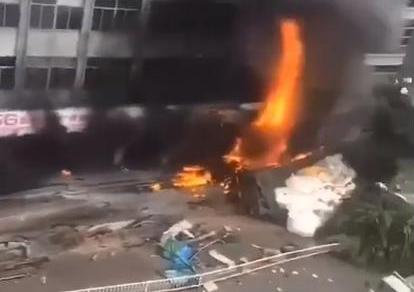 福州罗源县发生重大交通事故,高速失控货车横扫人行道