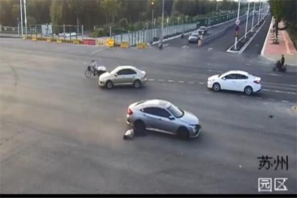 骑车看手机被撞飞,骑车玩手机,骑车玩手机被撞飞,骑车看手机被撞飞