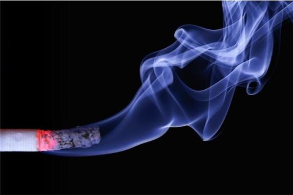 深圳控煙新規10月起實施 公交室外站臺抽電子煙最高罰五百