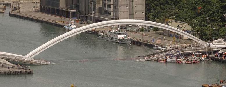 台湾大桥崩塌现场宛如灾难片 多辆汽车随桥掉下
