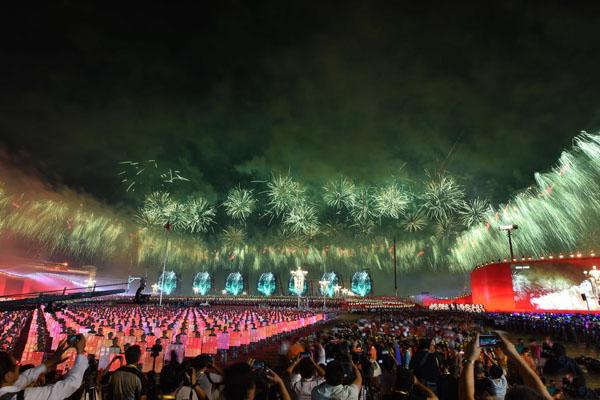 国庆烟花美哭了 国庆联欢晚会7棵烟花树是怎么做成的?