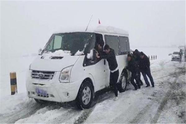 青海祁连突降大雪 积雪厚度没膝达50公分,上千游客被困