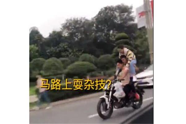 男子坐摩托将女友扛肩上 女友尖叫不断,马路耍杂技不可取!