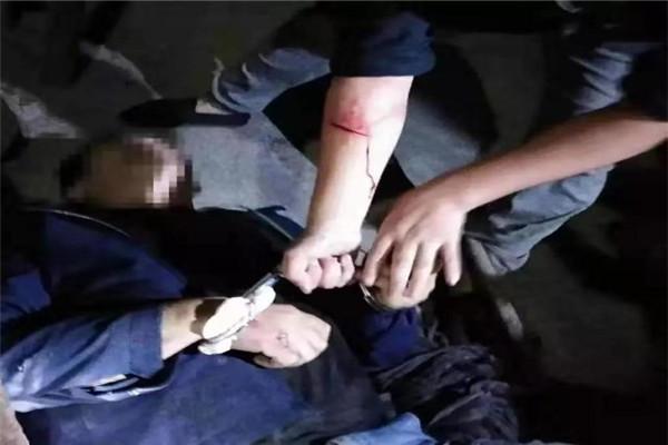 湖北一民警负伤追毒贩 以手挡刀抓捕毒贩,手臂缝7针