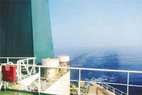 伊朗油轮红海遇袭,两枚导弹先后击中船体
