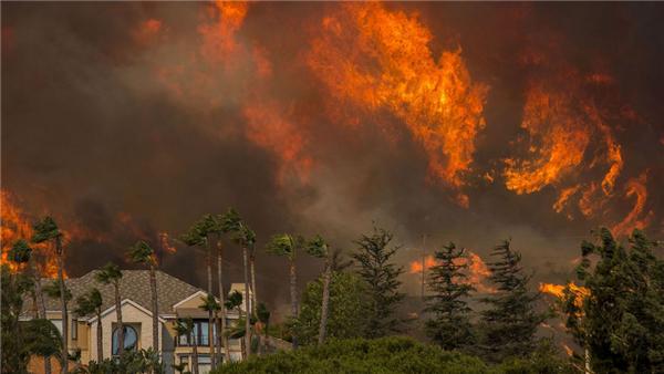 美国加州山火肆虐,数十万民众被迫逃离