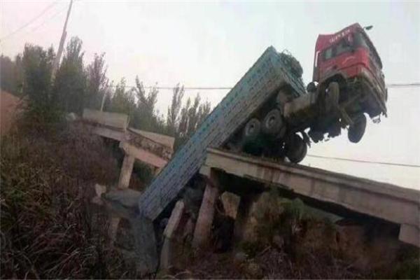 山東濱州一載重卡車將橋梁壓塌 橋梁斷裂成3節