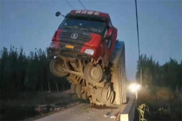 载重卡车将桥压塌,滨州卡车将桥压塌,滨州载重卡车将桥压塌,卡车将桥压塌,山东滨州