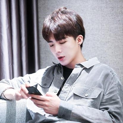 刘宇宁,1990年1月8日出生于辽宁省丹东市,中国内地流行乐男歌手、影视演员,摩登兄弟乐队主唱。2014年,担任摩登兄弟的主唱。2015年,随摩登兄弟入驻YY平台。2016年,主演个人首部电影《九五2班》,从而正式进入演艺圈。