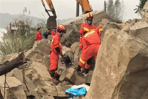 四川蓬安突发山体落石 3名路人不幸被埋遇难
