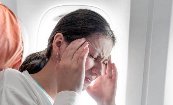 坐飞机耳朵疼怎么办?不如试试按摩这两个穴位