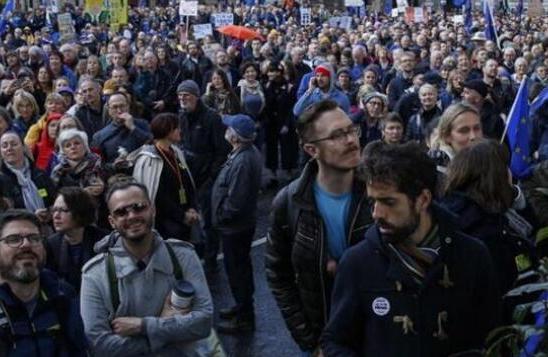 倫敦爆發萬人游行,英國脫歐計劃進退兩難
