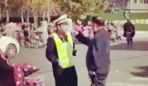 老人闯红灯被阻扇交警耳光,警方依法将其刑事拘留