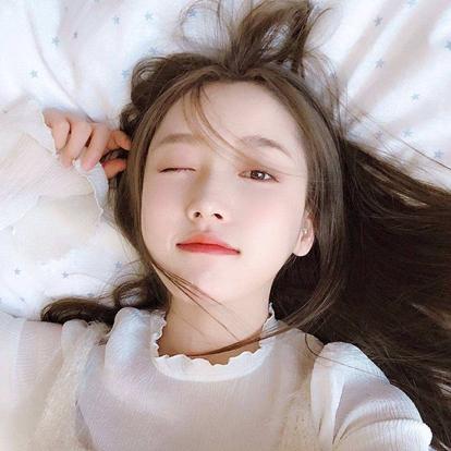 姜贞羽,原名刘垚昕,1996年12月30日出生于云南省昆明市,中国内地女演员,毕业于中央戏剧学院2014级。2015年,出演个人首部电影《开往云的南端》,从而进入演艺圈 。2018年,出演辩论题材青春剧《你好,对方辩友》。