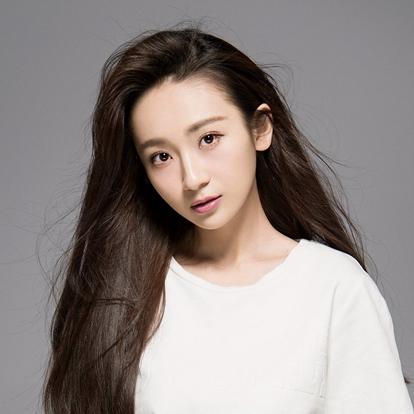 陈梦希,1993年7月11日出生,中国内地女演员,毕业于重庆大学美视电影学院。2015年,参演古装玄幻剧《青丘狐传说》和古装言情剧《寂寞空庭春欲晚》并正式进入演艺圈。