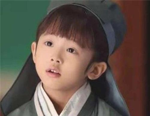 皇帝賜給小孩2個梨讓他分給全族900人,小孩是怎么做的?