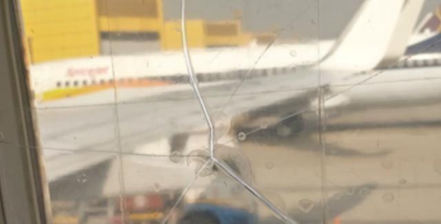 只有想不到没有做不到 印度飞机机窗破裂胶布粘后继续飞