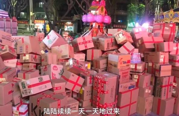 女子收1617件快递,货物堆积成一座小山