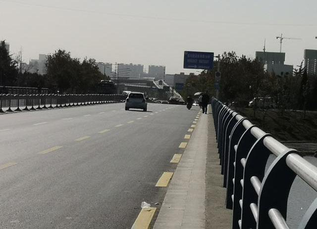 郑州一大桥人行道仅两脚宽 过桥犹如踏上奈何桥