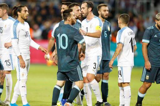 梅西被對手卡瓦尼挑釁約架 梅西暴怒:隨時奉陪
