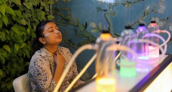 新德里空气严重污染数日,印度民众花钱吸氧