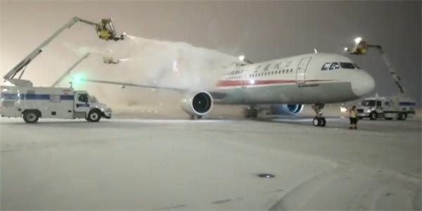 为保障在寒流中安全起飞,乌鲁木齐机场飞机排队洗热水澡