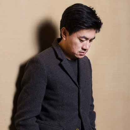 杨树鹏,1970年出生于陕西省宝鸡市,毕业于四川美术学院,中国内地男导演。2006年,执导并编写了抗战片《烽火》的剧本,该片为杨树鹏参与制作的第一部电影。