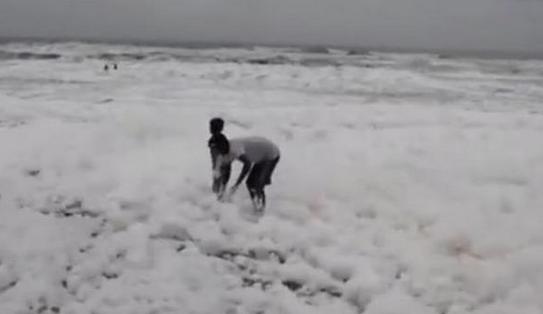 印度现毒泡沫海滩,无知儿童躲进泡沫中嬉闹