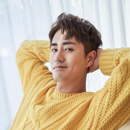 杨玏,1987年3月2日出生于北京市,中国内地影视男演员、流行乐歌手,毕业于美国杜克大学戏剧系。2009年,出演个人首部电视剧《历史的进程》,从而正式进入演艺圈;同年,出演个人首部电影《唐山大地震》,并担任了该片的副导演。