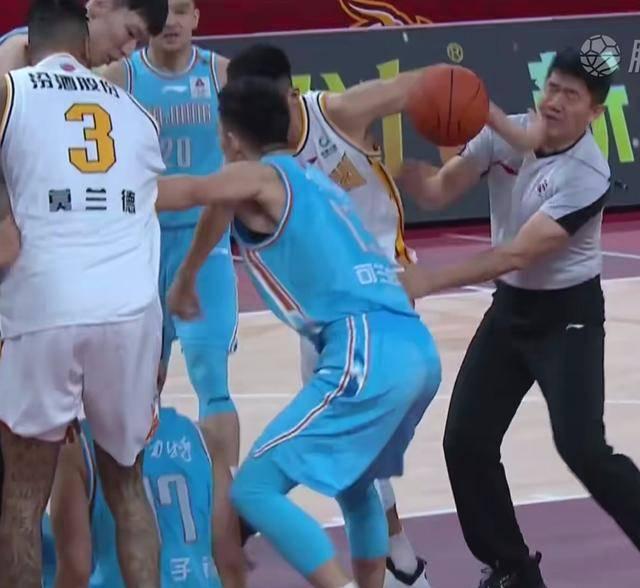 CBA裁判被误伤 山西与新疆男篮比赛球场起冲突误打裁判