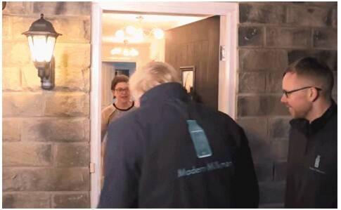 英首相给居民送奶,英首相