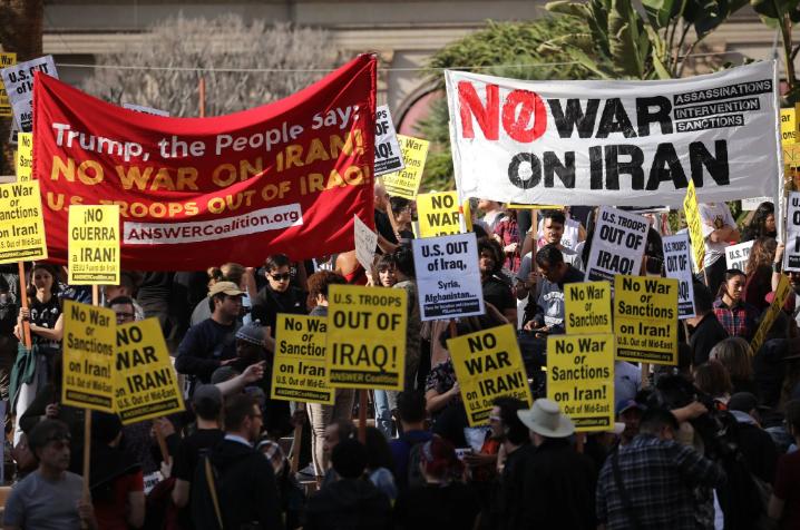 美国爆发反战游行 反战联盟高举反战标语