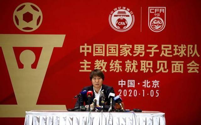 国足主帅李铁亮相 首次以国家队主教练身份亮相接受采访