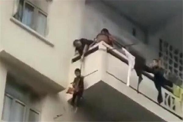 老人用绳吊7岁孙子下楼救猫是怎么回事 网友:孙子买猫送的?