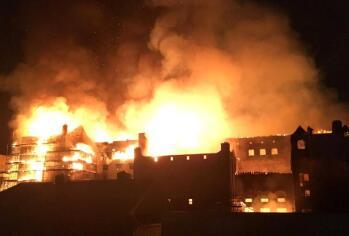 德百年建筑起火 230年历史五星豪华酒店焚烧8小时毁灭
