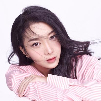 张蓝艺(Lyan),1992年2月7日出生于北京市,毕业于中央戏剧学院,中国内地女演员。 2010年,因参演古装喜剧《快乐江湖》,从而正式进入演艺圈 。