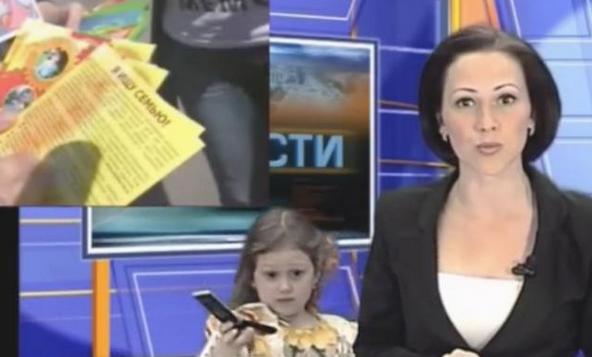 直播新闻被娃打断,面对天真的孩子女主播无奈的笑了