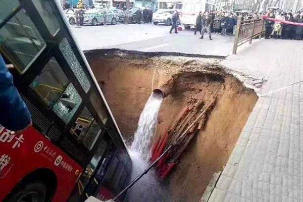 西宁路面塌陷公交陷入深坑 10人失联15人受伤
