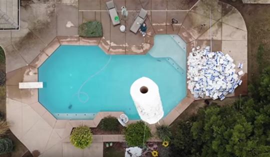 10万纸巾吸泳池水,纸巾吸泳池水,10万张纸巾能否吸干泳池