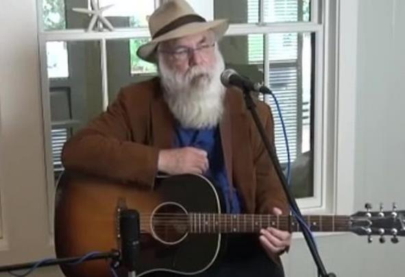 美国71岁歌手台上表演时去世,临终前最后一句话是对不起