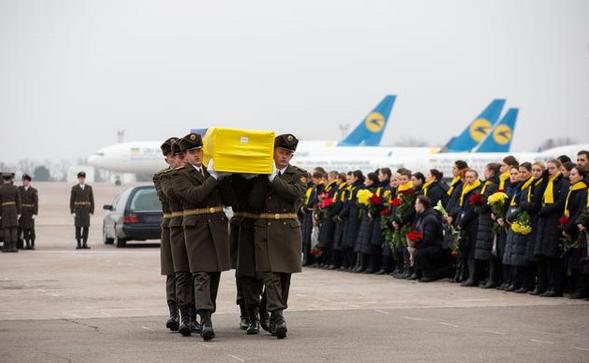 乌克兰客机事故遇难者遗体回国,总统泽连斯基亲自主持仪式