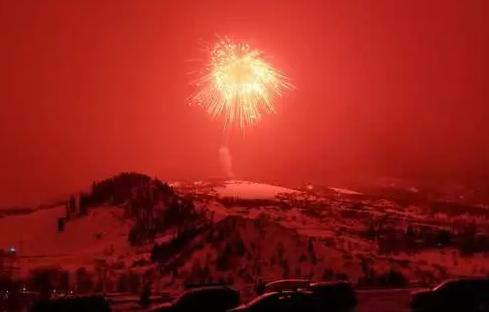 美放全球最大烟花,巨大红色冲击波照亮天空与山脊