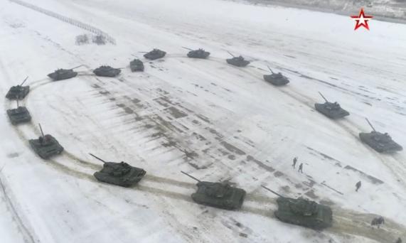 俄军官用坦克求婚,16辆T72摆出大大的爱心