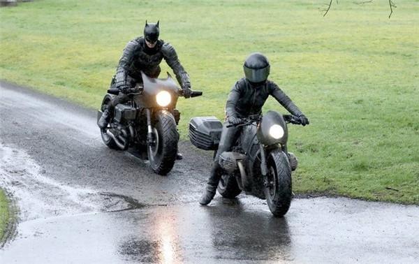 新蝙蝠侠片场照片曝光 暮光男身着黑衣骑摩托亮相